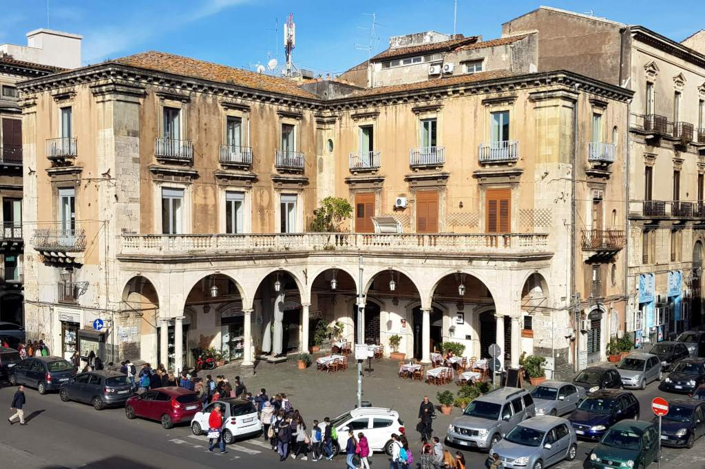 Catania is een drukke stad die je beter niet met de auto kunt bezoeken