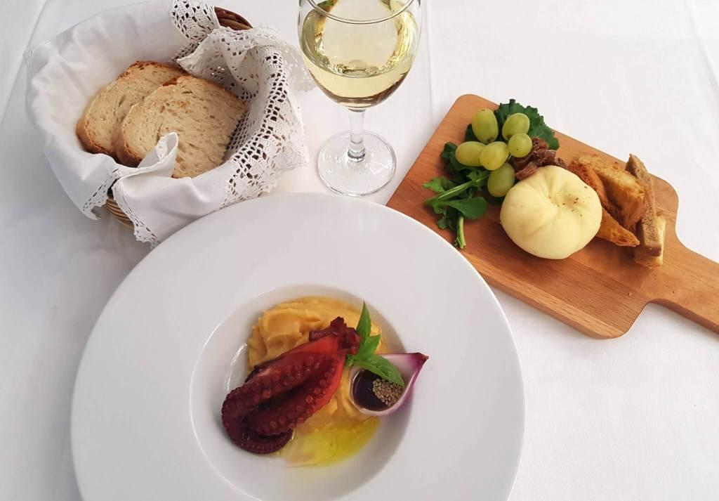 Het eten bij restaurant Metaxi Mas, een sfeervol restaurant in het centrum van Tinos-stad