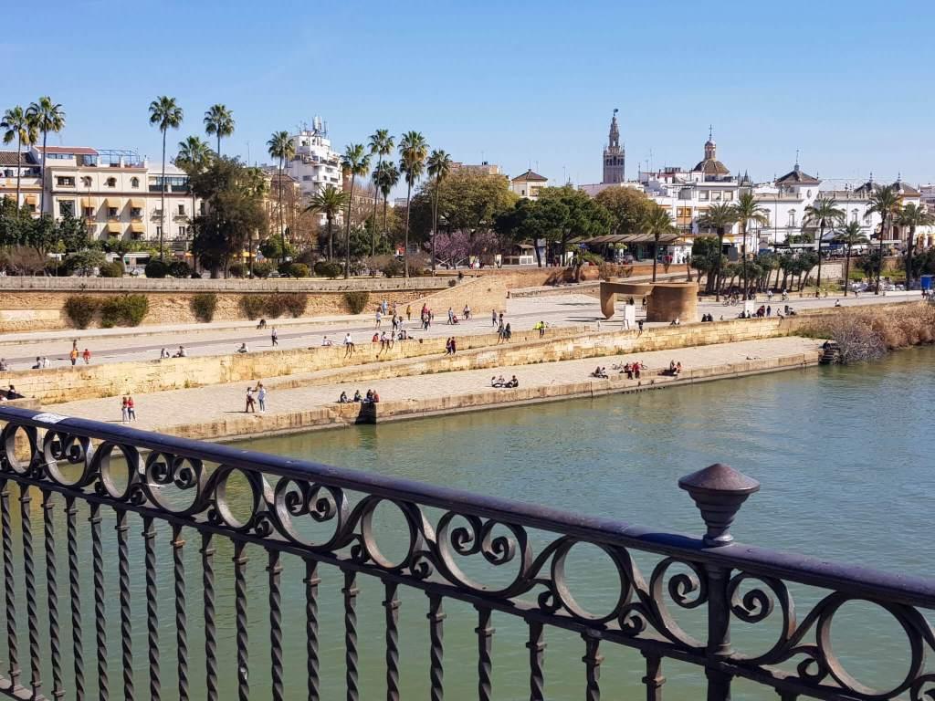 Het uitzicht vanaf de brug naar Sevilla