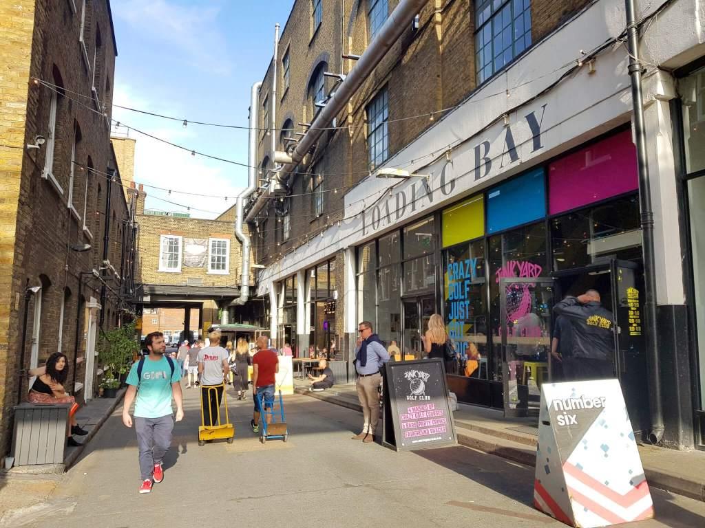 Een straatje in de wijk Shoreditch in Londen
