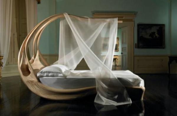 Ein Bett mit Baldachin versteckt Ihre Trume