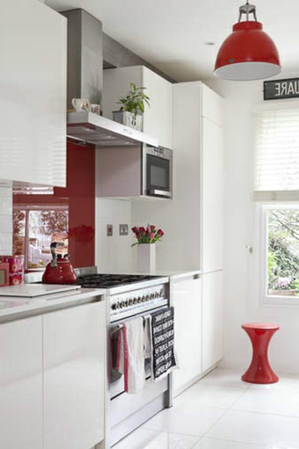Weies Retro Haus mit roten Akzenten  Wie finden Sie dieses Interior