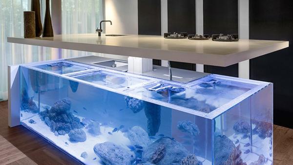 Kcheninsel mit Aquarium bringt die Tropen zu Ihnen nach Hause