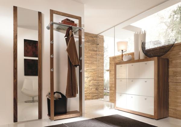 Wandspiegel mit Holzrahmen lassen die Natur in den Raum