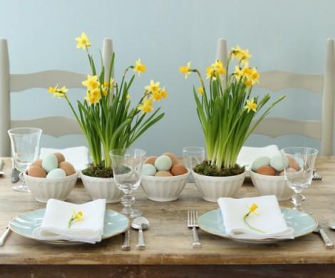 Tischdeko fr Ostern mit bunten Farben und frischen Blumen