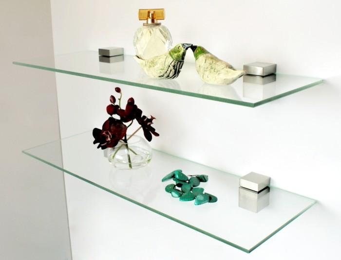 Glasregale sorgen fr eine neutrale doch wirkunsvolle