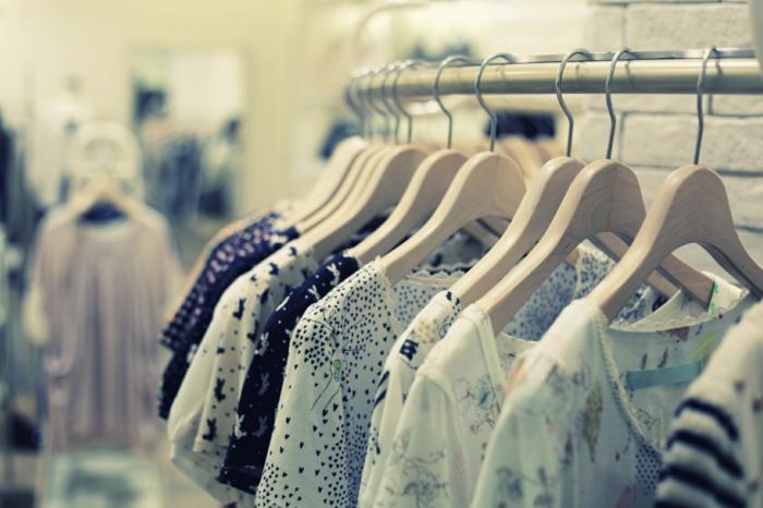 Frauenkleider durch die richtige Pflege wie neu aussehen lassen