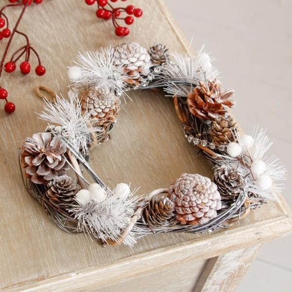 Weihnachtskranz mit Tannenzapfen selber basteln  So geht es
