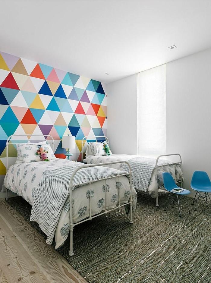 Wandgestaltung mit geometrischen Formen und bunten Farben