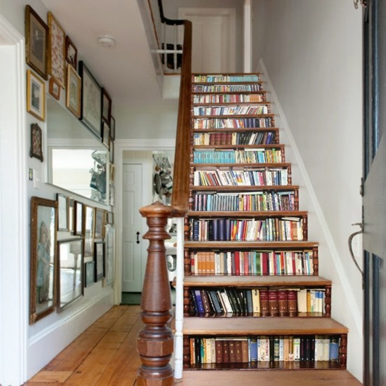 Regal unter den Treppen clever gestalten