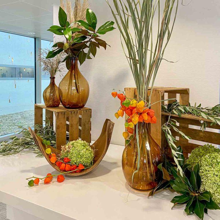 Schaufensterdekoration mit Blumen