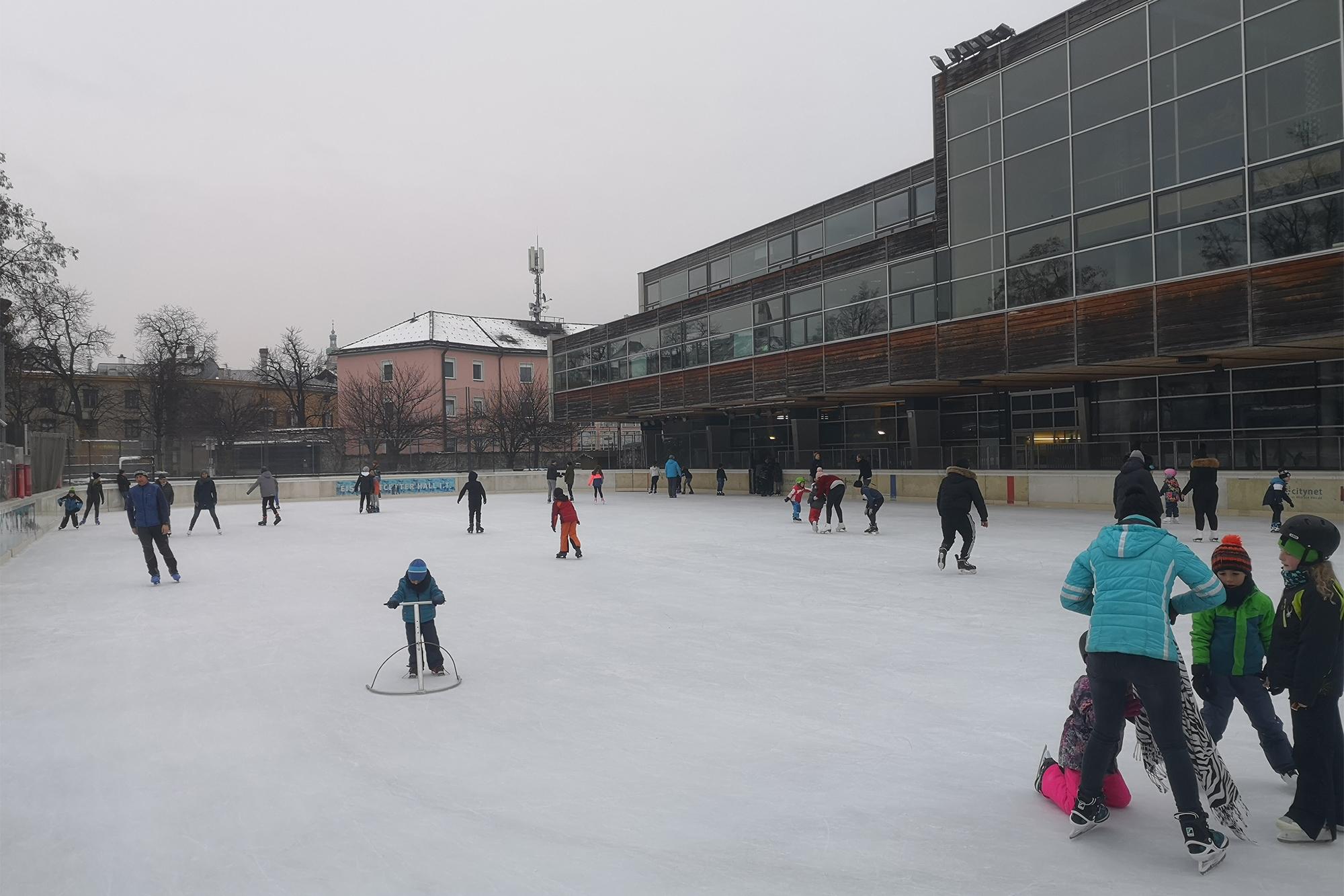 Eislaufen in Hall in Tirol bei der Neuen Mittelschule Dr.Posch