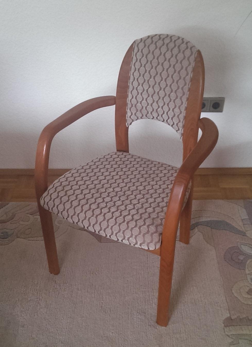 Stuhl im Kundenauftrag neu bezogen.