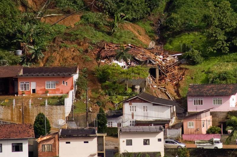 Casa desabada na Regente Feijó