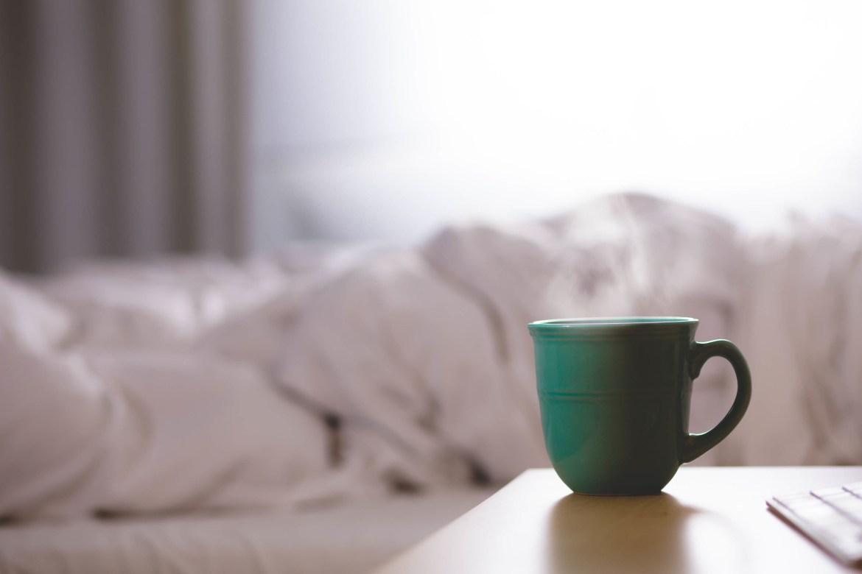 Tasse vor dem Bett
