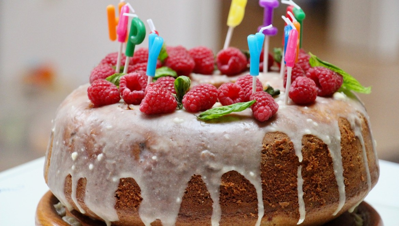 Zum Geburtstag: Himbeerkranz mit weißer Schoko-Glasur