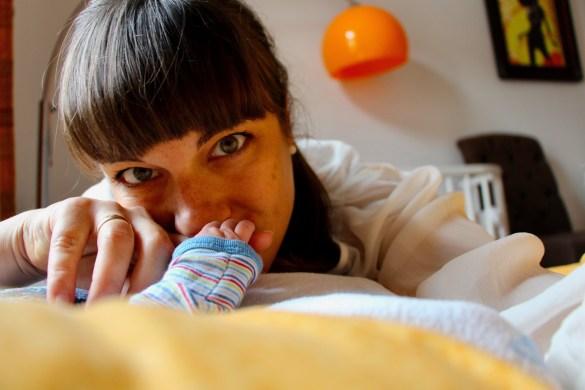 Erinnerungen an das Wochenbett: Mama und Babyhand
