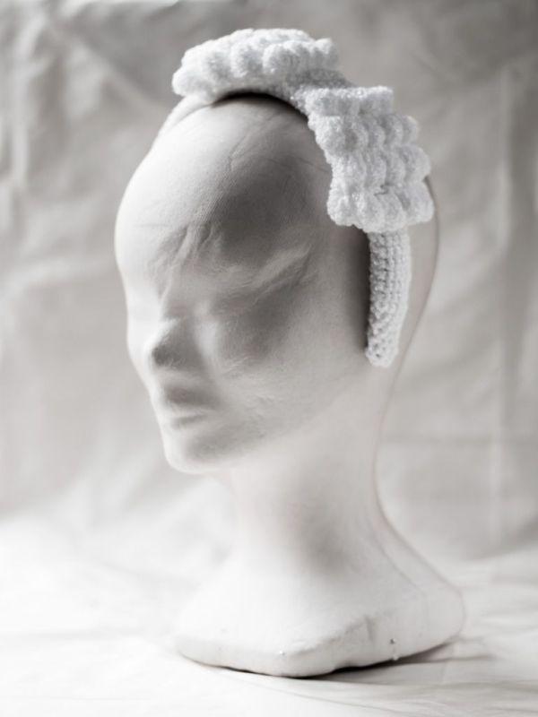 Diadema en forma de lazo. Totalmente tejida a mano en crochet.
