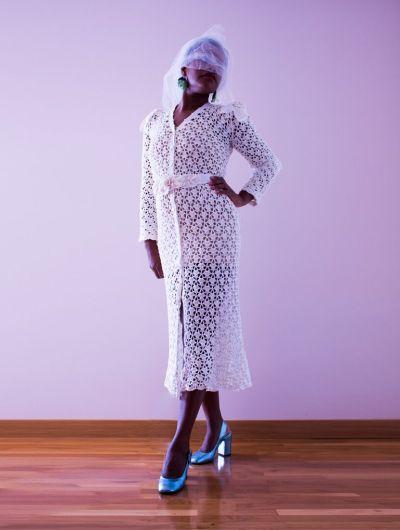Vestido Yame midi.Tejido totalmente a ganchillo con un punto clásico. Este vestido tiene un precioso decote en V arrematado con botones de nacar, creando una linda apertura frontal.