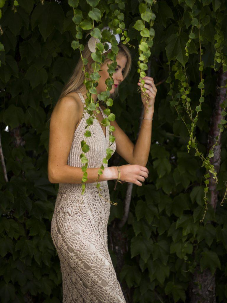 El vestido Gilda es un precioso vestido con cuerpo encorsetado trabajado en punto tunesino, con falda en punto fantasía, todo tejido a mano a ganchillo con hilo de brillo.
