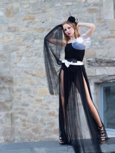 Lindo y exuberante, este vestido palabra de honor con el cuerpotejido a ganchillo y falda de tul es una propuesta moderna y deslumbrante para novias con mucha actitud.