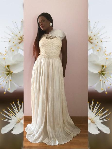 El vestido Hera es un ejemplo de la combinación del ganchillo y la costura,m mezcla un cuerpo tejido a ganchillo en color vainilla y falda plisada.