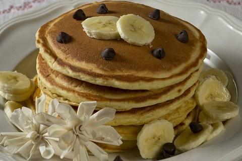 Vegane Pfannekuchen mit Dattelkaramell und Bananen