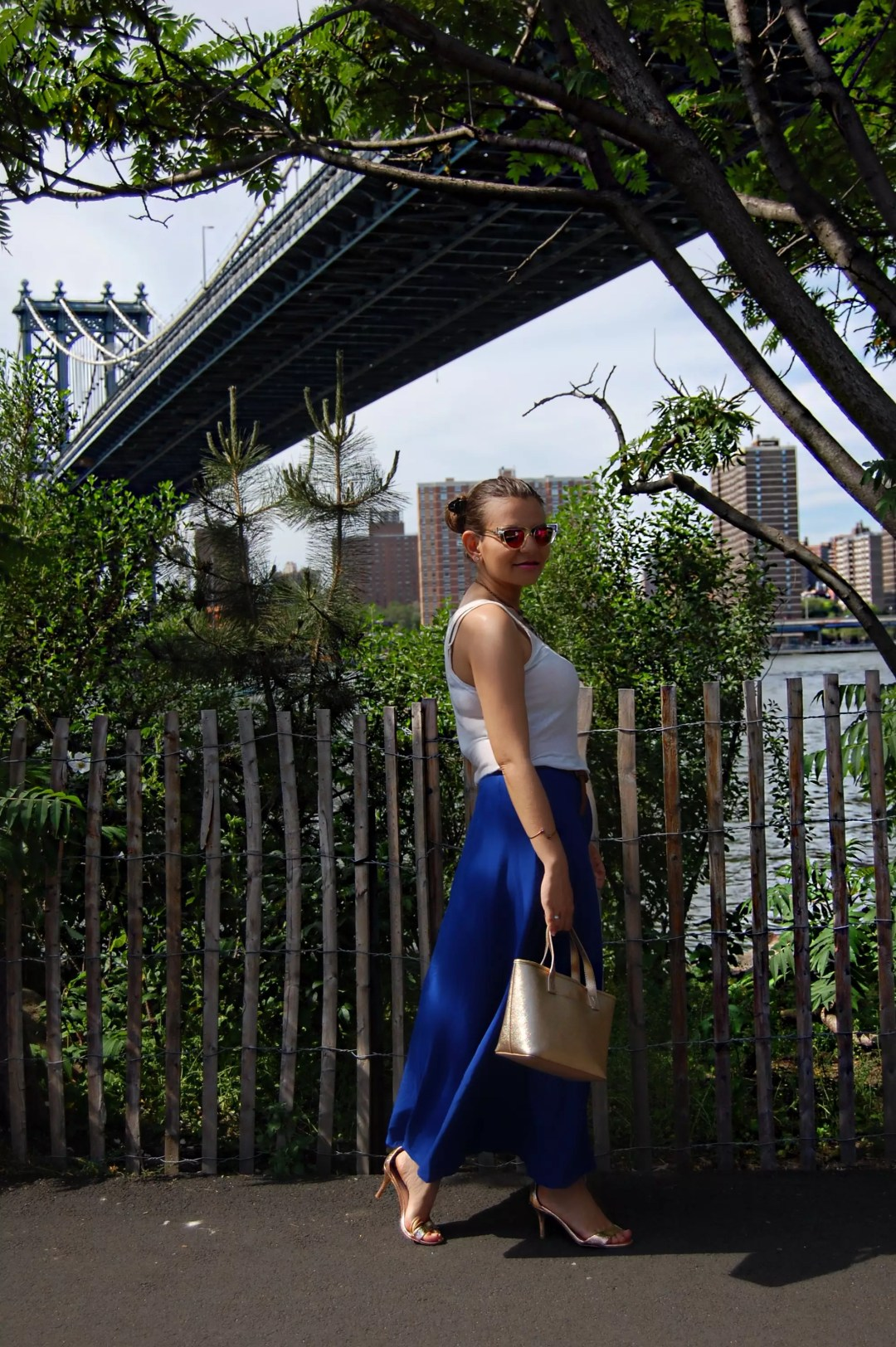 new_york_guide_brooklyn_dumbo_alley_girl4