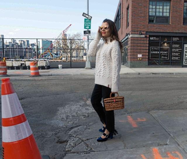 straw-bag-velvet-mary-jane-shoes-oversized-sweater-alley-girl-fashion-technology-blogger-betul-yildiz-4