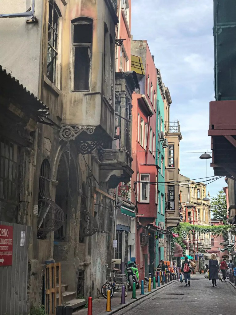 tourist-guide-for-istanbul-5-hidden-places-in-istanbul-aley-girl-travel-fashion-technology-blog-old-balat-houses