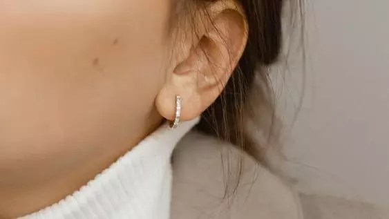 noemie huggie earring review