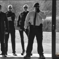 Im Sozialen Netzwerk benutzte der Geschäftsführer der CMS Sicherheit ein martialisch bis militärisch wirkendes Photo einer Gruppe Sicherheitsbediensteter als Titelbild. Früher war es eine Szene aus dem Kriegsfilm Band of Brothers, die inzwischen auf Abzeichen des Vereins Uniter Verwendung findet. (Screenshot Facebook)
