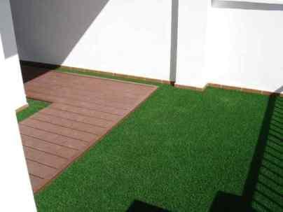Combinar césped artificial y tarima exterior en una terraza es lo ideal