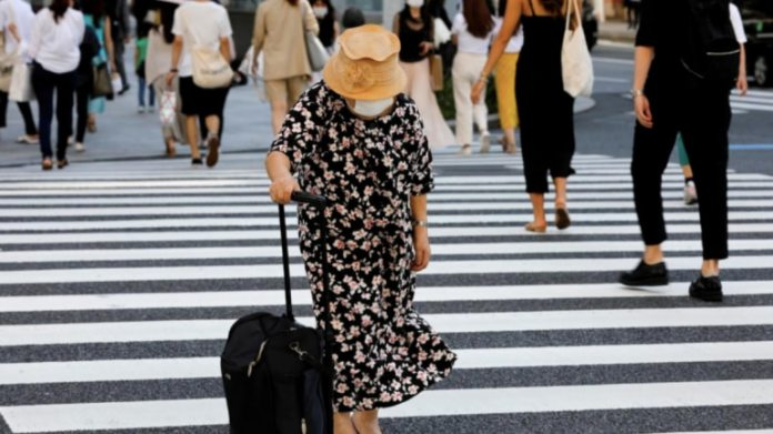 <pre>टोक्यो कोरोनोवायरस के मामलों में वृद्धि के कारण जापान सरकार आपातकाल की स्थिति को बहाल नहीं कर पाई