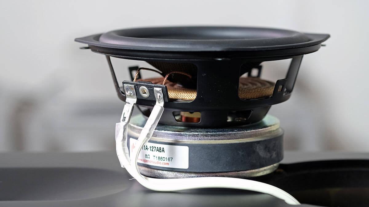 Beim AperionAudio Novus T5 Tower sind jeweils zwei solcher 5,25-Zoll-Tiefmitteltöner im Einsatz