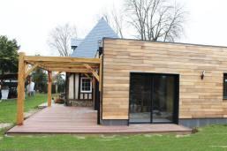 menuiseries aluminium, et terrasse en bois exotique sous pergolas