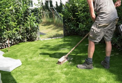 Laying an artificial lawn