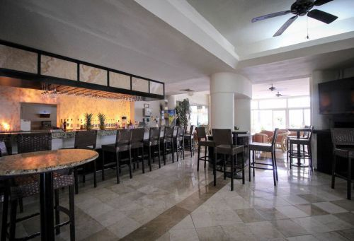 Aquamarina Beach Hotel Cancun lobby bar