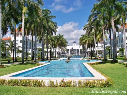 Riu Palace Mexico courtyard