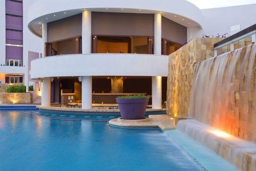 Krystal Grand Punta Cancun swim-up bar
