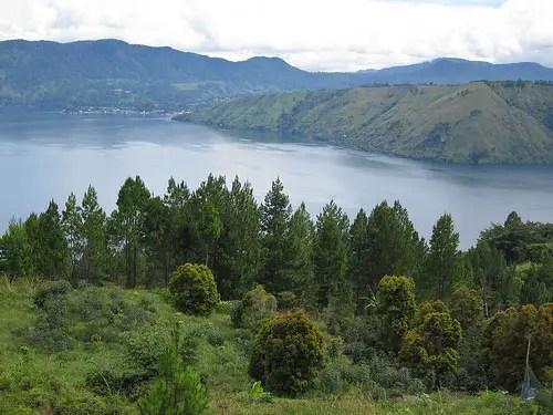 https://i0.wp.com/allindonesiatravel.com/images/lake-toba-sumatra-indonesia-mountain-view.jpg?w=1035