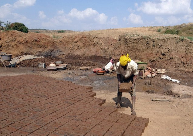 brick_laying_brick_making_worker_dharwad_india_brick_cement_making-986455
