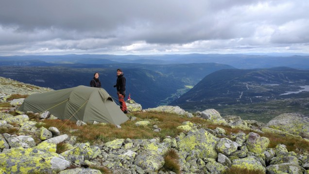 couple-with-tent-in-the-mountains-in-norway_800