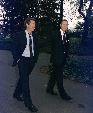 370px-President_Bush_walks_up_the_South_Lawn_towards_the_Oval_Office_with_his_son,_George_W._Bush_-_NARA_-_186449.tif