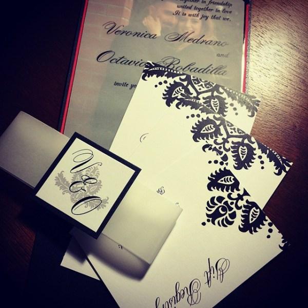 A classic black damask print paired with a vellum overlay invitation #allintheinvite #damaskprint #wedding #weddinginvitation #luxurywedding