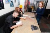 """Ο Γιώργος Αγγελίδης υπογράφει ένα αντίτυπο του βιβλίου του στην επίσης συγγραφέα Κωνσταντίνα Κατζιού και δημιουργό του βιβλίου """"Σερίνθια"""" που κυκλοφορεί ήδη από την ΑΝΙΜΑ ΕΚΔΟΤΙΚΗ"""
