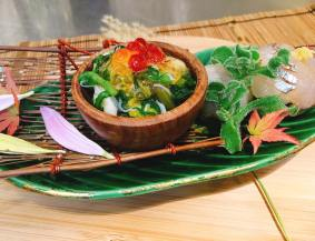 """Assortment of Appetizer (Hassun) : Dangeness crab salad mixed with edible crysantimum leaves and petal smelt sushi steamed baby taro """"Kinukatugi"""" style"""