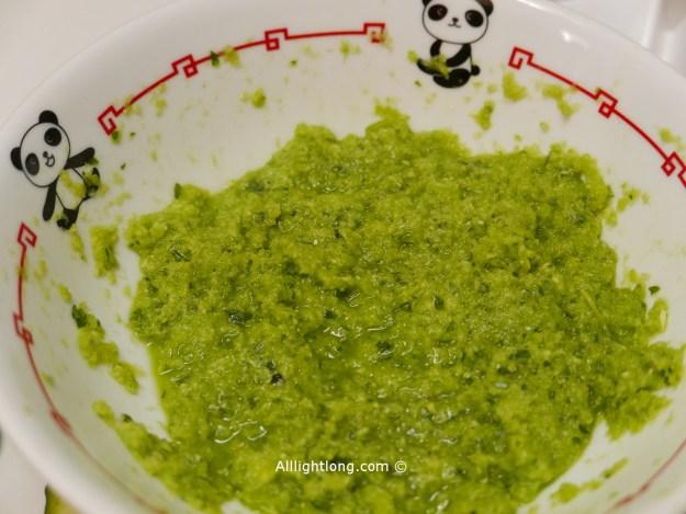 préparation sauce parfumée citronnelle et poivrons vert