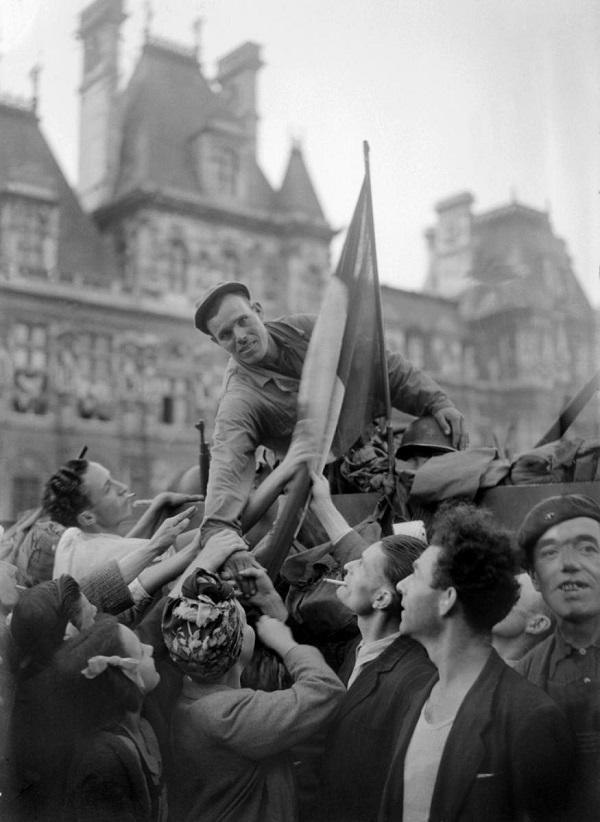 Un soldat de la division Leclerc est acclamé par la foule sur la place de l'Hôtel de Ville, à Paris 26 août 1944. © AFP Photo