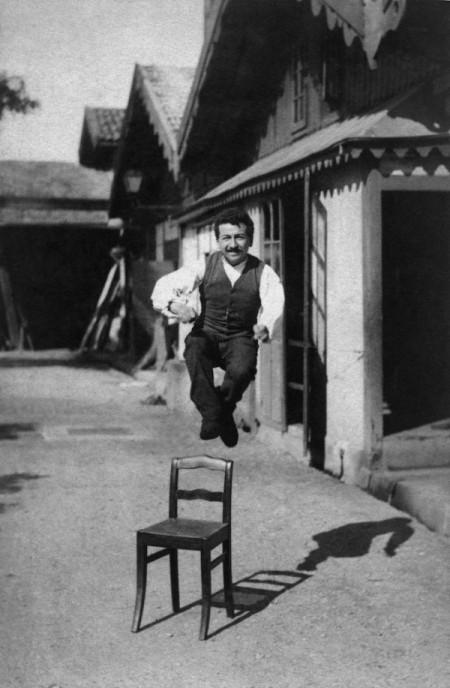 Auguste Lumière photographié par son frère Louis vers 1888 : démonstration de l'instantané photographique sur plaque Etiquette bleue